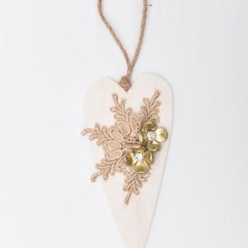 Μπομπονιέρα Ξύλινη καρδιά με σύνθεση από χρυσή δαντέλα και λουλούδια πέρλας