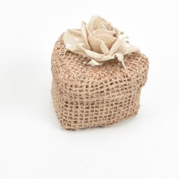 Κουτί μπομπονιέρας  από λινάτσα καρδιά με υφασμάτινο λουλούδι 5,5x5,5x4,5cm