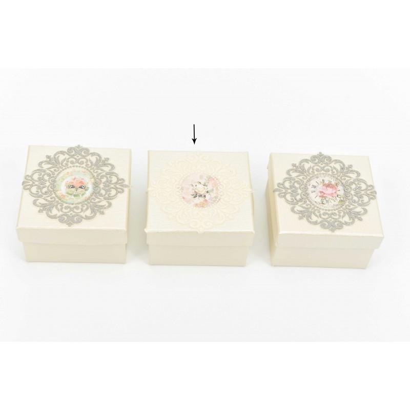 Κουτί μπομπονιέρας με σχέδιο λουλούδι και λευκή δαντέλα  8*8*5cm