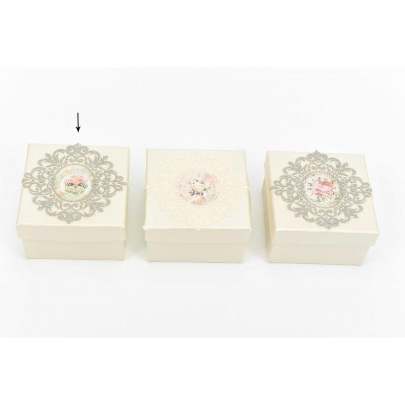 Κουτί μπομπονιέρας με σχέδιο πεταλούδα και ασημί δαντέλα  8*8*5cm