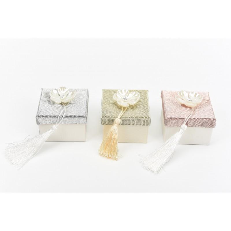 Κουτί μπομπονιέρας με πέρλα λουλούδι στρας και φουντίτσα 7x7x5cm