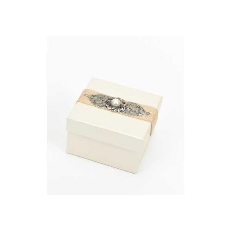Κουτί μπομπονιέρας λευκό με μοτίφ  8x8x5cm