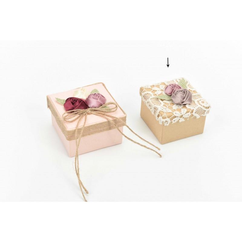Κουτί μπομπονιέρας  με κηπούρ δαντέλα και υφασμάτινα λουλούδια 7x7x5cm