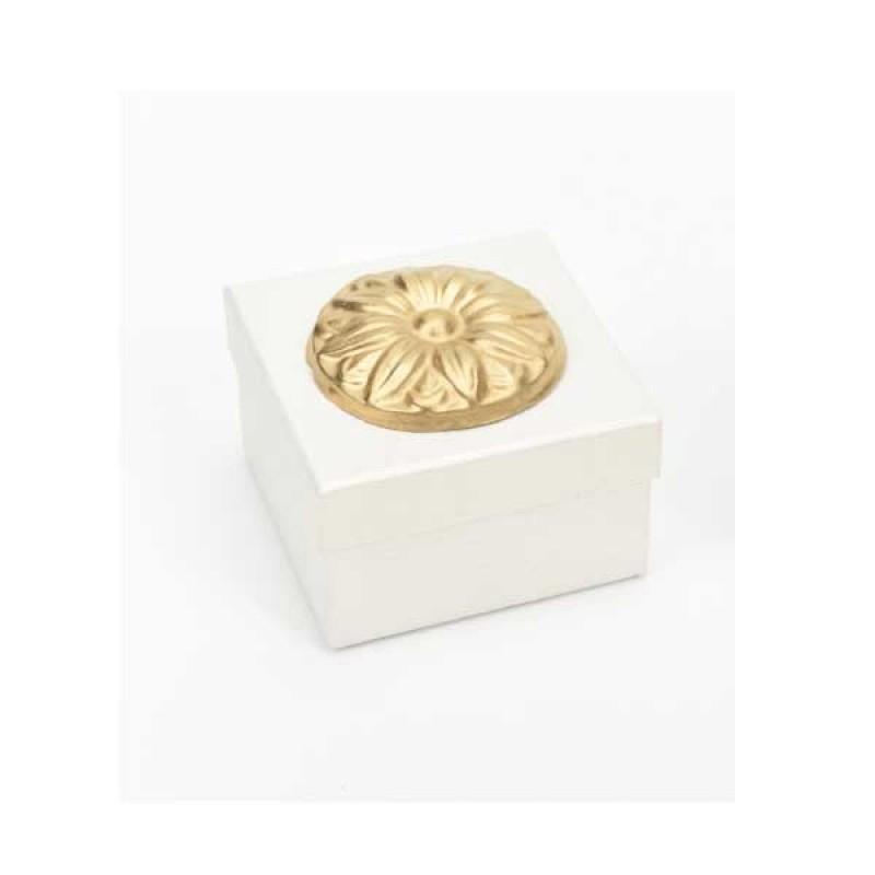 Κουτί μπομπονιέρας  λευκό με χρυσό μοτίφ  8x8x5cm