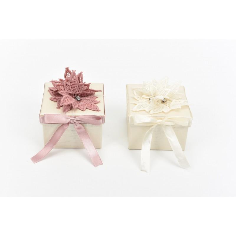 Κουτί μπομπονιέρας  με φύλλα δαντέλας   και κορδέλα   7x7x5cm