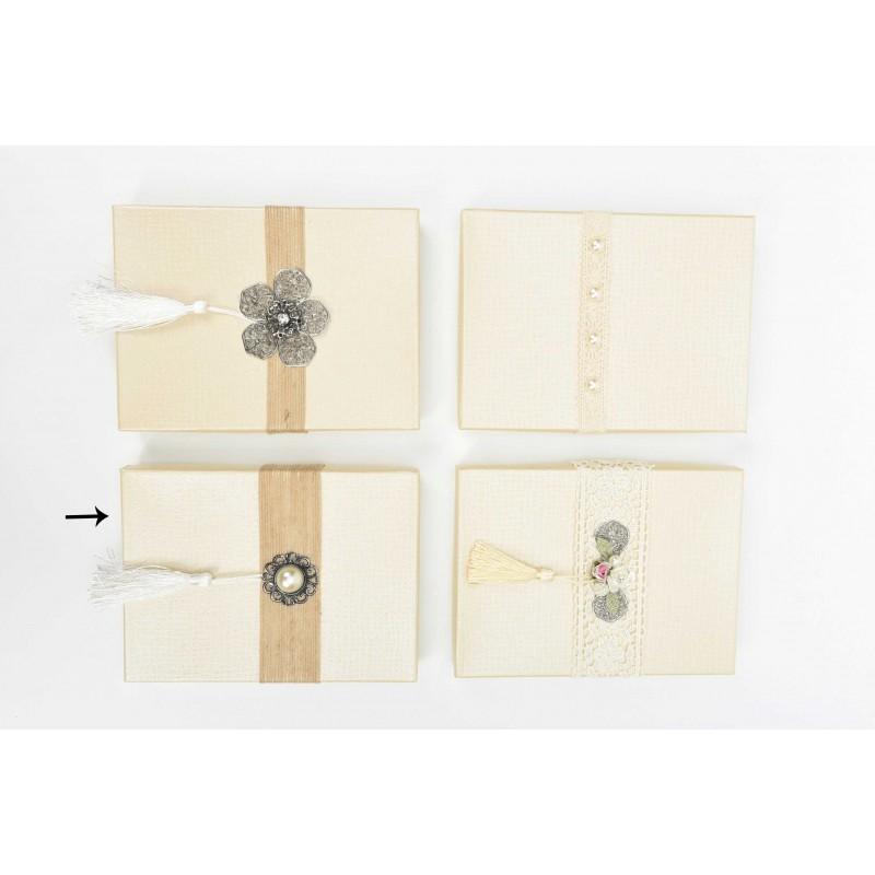 Κουτί μπομπονιέρας  ιβουάρ με λινάτσα και μεταλλικό μοτίφ  19x14x2,5cm