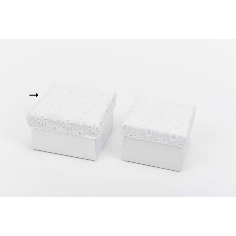 Κουτί μπομπονιέρας λευκό με κηπούρ δαντέλα 8x8x5cm