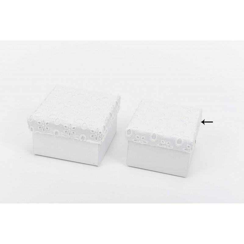 Κουτί μπομπονιέρας λευκό με κηπούρ δαντέλα 7x7x5cm