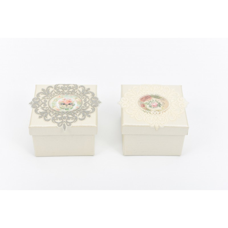 Κουτί μπομπονιέρας διακοσμημένο με δαντέλα  7x7x5cm