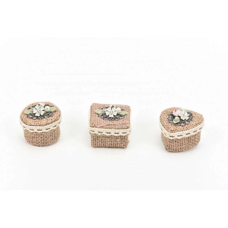 Κουτί μπομπονιέρας  από λινάτσα τετράγωνο  με υφασμάτινο λουλούδι 5,5x5,5x4,5cm