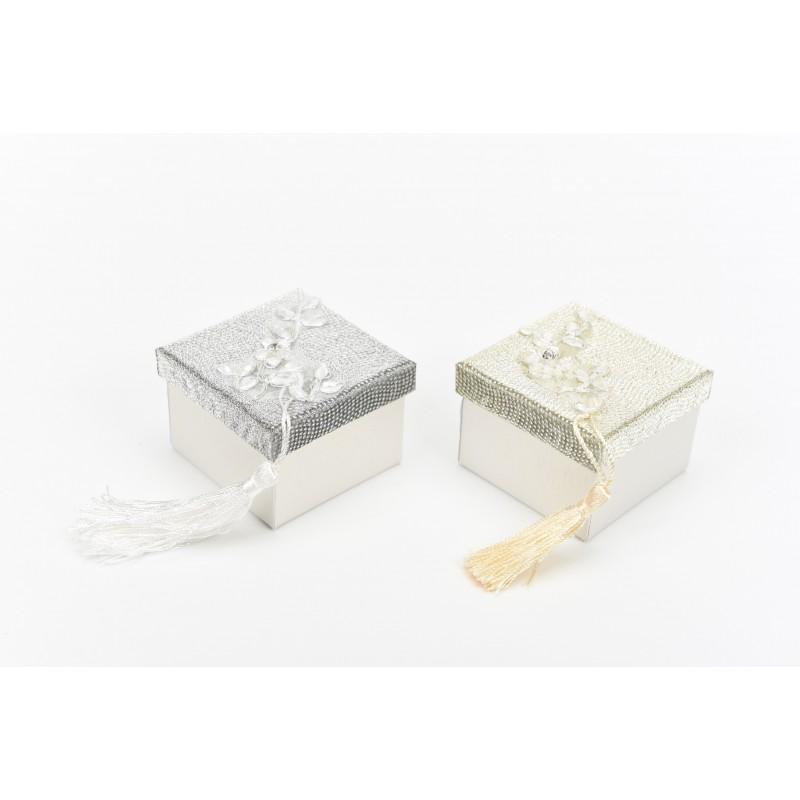 Κουτί μπομπονιέρας  ντυμένη με γυαλιστερή επένδυση και μοτίφ με δαντέλα 7x7x5cm