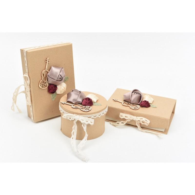 Κουτί μπομπονιέρας στρόγγυλο στολισμένο με μεταλλικό στοιχείο και υφασματινα λουλούδια Φ10