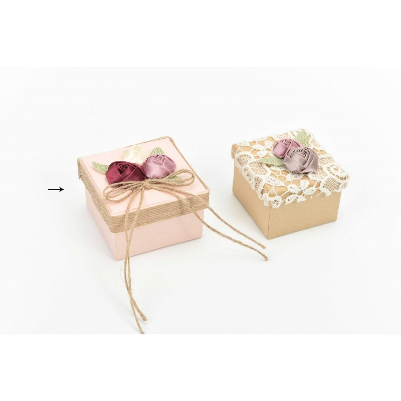 Κουτί μπομπονιέρας  ροζ με υφασμάγινα λουλούδια  8x8x5cm